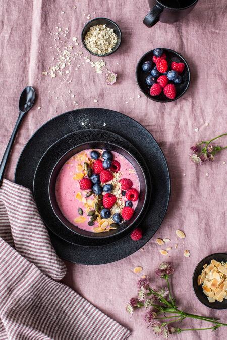 Berry Smoothie Bowl ist das perfekte schnelle Frühstück mit jeder Menge Früchten.